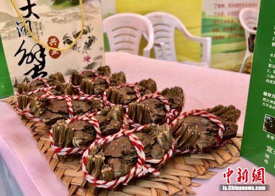大闸蟹亮相宜兴市农民丰收节。
