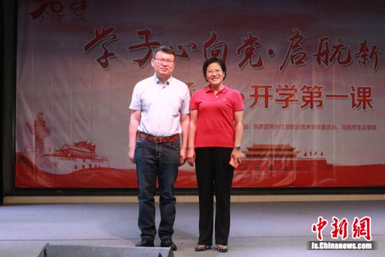 """学校党委委员、副校长费小平感谢邓建军能够为""""尚思·求是""""大讲堂演讲。"""