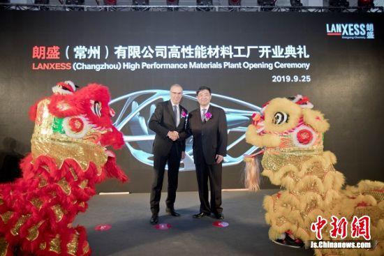 常州市委书记汪泉先生(右)和朗盛集团管理董事会成员冯鹄博博士(左)