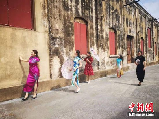 在唐闸近代民族工业遗存地表演的旗袍秀。 陆建国 摄