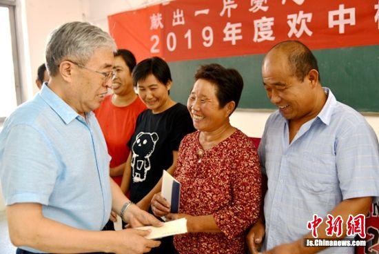 资助活动发起人、原欢口镇党委书记杨金海颁发资助金。