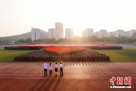 巨幅国旗沐浴在朝阳之中,对新中国的爱心永恒。