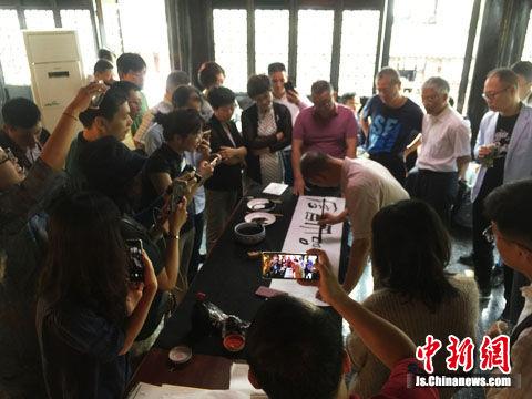 江南文化名镇的文艺工作者与北京高校艺术家现场笔会交流。