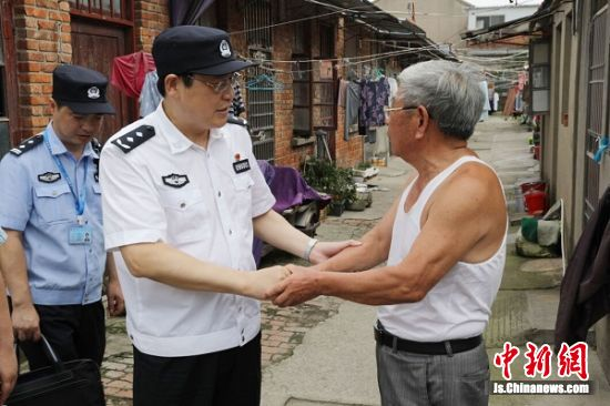 盐城市副市长、公安局局长王巧全与童家沟居民交流
