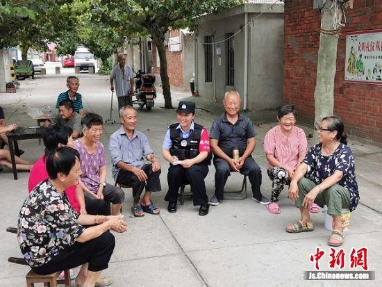 社区民警黄玮与居民座谈