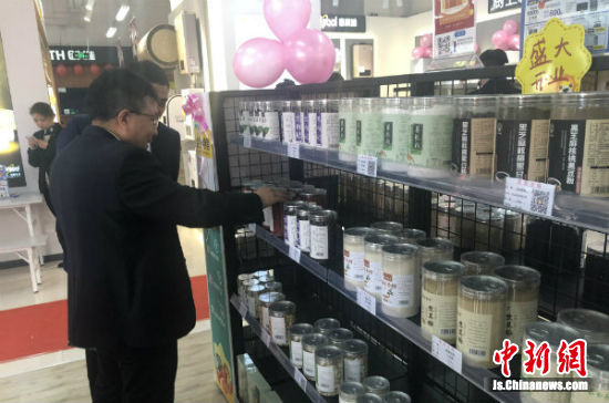滨海县城江苏电力苏宁易购共建店内,农特产品整齐摆放在货架上。