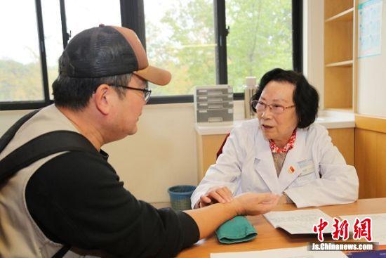 中医肾病大家、国医大师、南京中医药大学邹燕勤教授参加义诊。