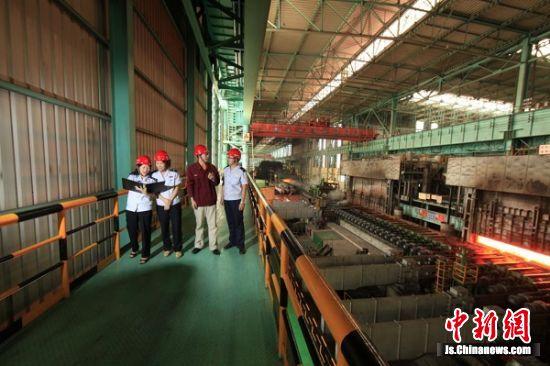 图为税务干部在江苏沙钢集团调研走访。