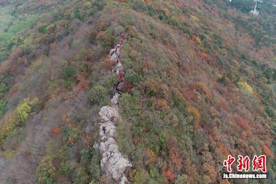 """10月26日,千余人齐聚高骊山,挑战""""最值得攀爬的山峰""""。"""