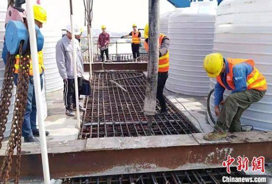 工作人员在连续梁合龙段施工。 罗光 摄