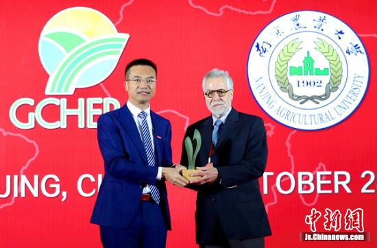 南京农业大学校长陈发棣向2019年GCHERA世界农业奖获奖者(右)颁发奖杯。陆润卿 摄