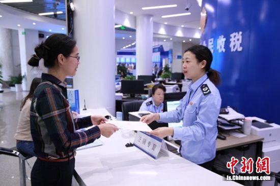 南京市从今年8月份《实施办法》施行以来,破产企业申领并开具发票298份,开票金额3.92亿元。发票申领开具和税务登记注销均是当场办结。