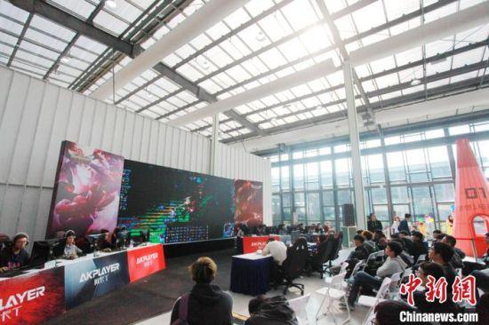 2日,江苏扬州首届电子竞技大赛开赛,备受民众追捧。 孟德龙 摄