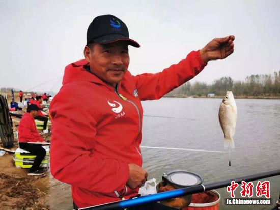 钓手展示钓到的鱼