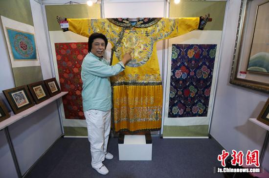 中国工艺美术大师金文向观众介绍他利用云锦工艺一比一复制的清代龙袍。 泱波 摄