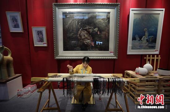 来自湖南工艺美院的老师展示湘绣技艺。泱波 摄