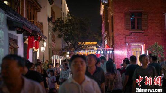 街区夜间人头攒动。南京旅游集团供图