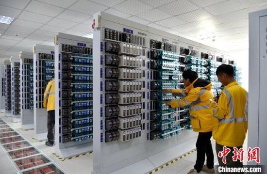 工人在淮安东站机械室内对设备进行全面复查。 朱志庚 摄