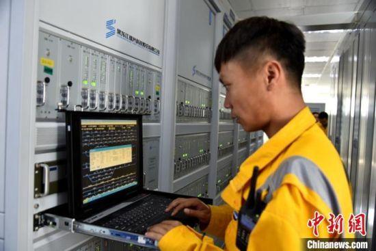 技术员对信号设备电气特性进行监测分析。 朱志庚 摄