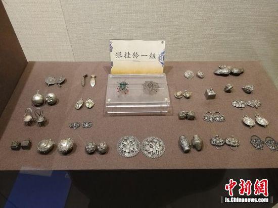 展出的传统银饰品