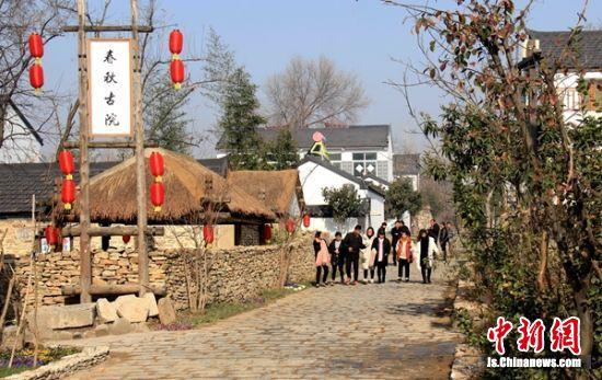 古老的小山村倪园每天都有大批游客前来观赏美景。