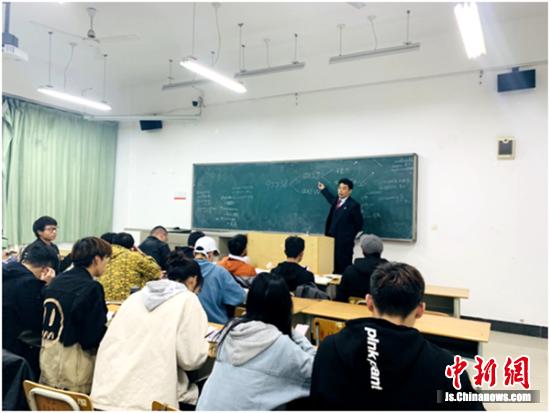 公益宣讲团成员走进教室给学生传授预防网络诈骗和高息网贷的知识。