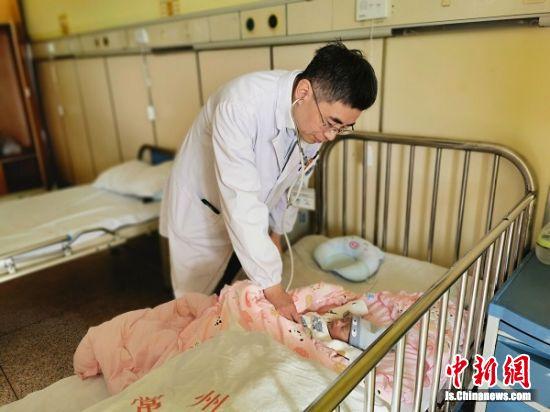 医生为孩子检查身体。