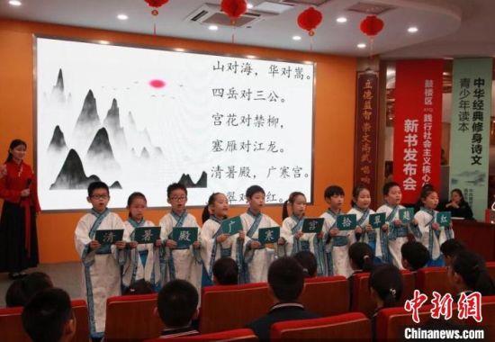 参加选编的语言专家和教学老师,希望以优美的中国文字滋养童心。 刘阳 摄