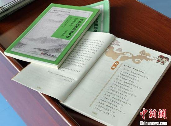 读本内容图文并茂,当地教育部门希望以这种新形式的阅读来扩展和补充学校教学。 刘阳 摄