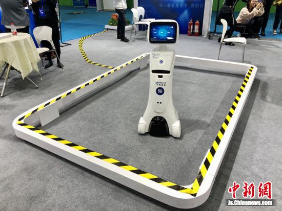 在展会上亮相的医用机器人。