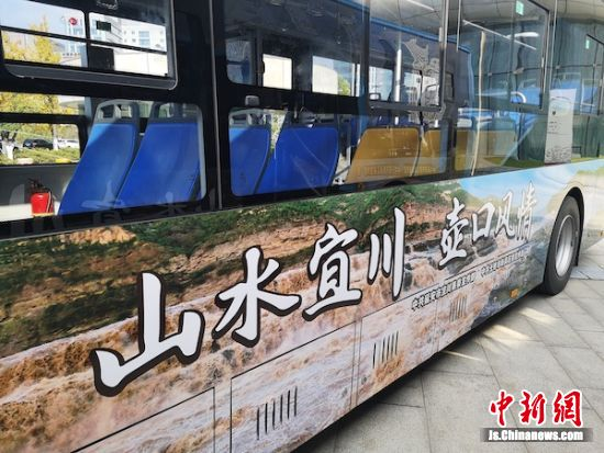 公交车上已印好相应的宣传主题。