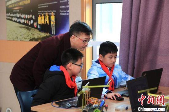 科技创客类的创智梦工坊,孩子们在编程。 宣梦婷 摄