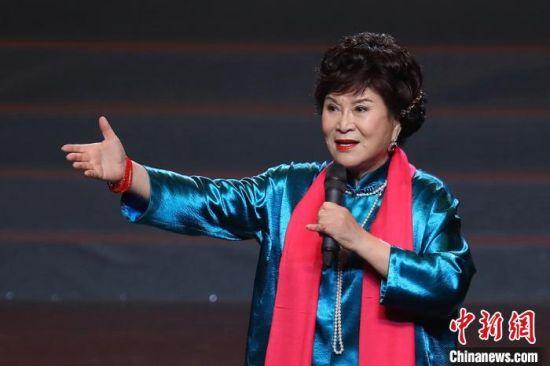 著名评书表演艺术家刘兰芳为观众带来评书《岳飞传》片段。 泱波 摄