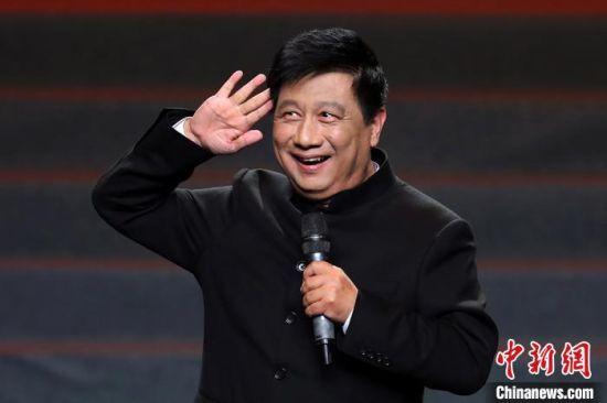 陈峰宁带来了新创作的单口相声《人与人之间》,把全场观众逗得前仰后合。 泱波 摄