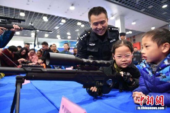 无锡警营开放日,孩子们乐开怀。