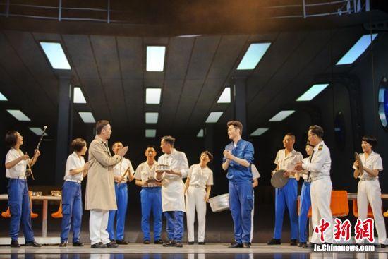 """剧中,演员们呈现""""船上的快乐""""。"""