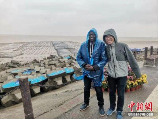 外籍友人雨中踏访盐城黄海湿地。 谷华 摄