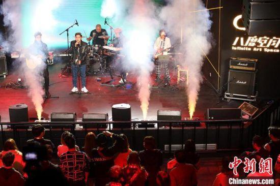 台湾金曲奖最佳演唱组合张三李四带来两首新歌《seen it all》和《怎样》,娴熟富有张力的弹奏,明亮而又深沉的嗓音,开启了整场活动的序幕。 泱波 摄