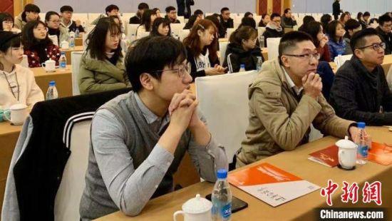 苏州的台青、台生们一道聆听台青代表的发言。 金彩霞 摄
