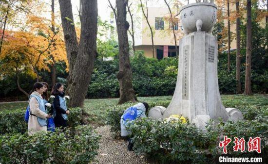 为了让每一处丛葬地和纪念地都能在地图上显现出来,标注人员走遍了整个南京城。 南京市律协供图 摄
