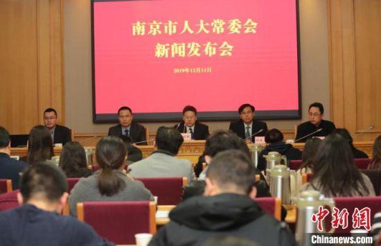南京市人大常委会宣布,高德电子地图首次完整呈现19处侵华日军南京大屠杀遇难同胞丛葬地及纪念地的准确定位。 肖日东 摄