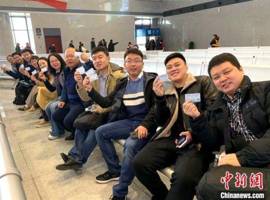 设计团队在淮安东站准备搭乘首列高铁。 王舒 摄