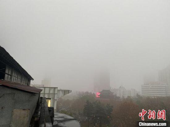 """受雾霾影响,南京高楼""""隐身""""。 杨颜慈 摄"""