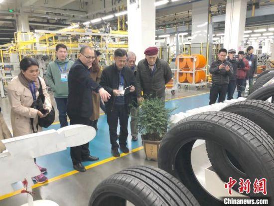 """采访团成员在红豆集团""""黑灯工厂""""参观轮胎的制作。 孙权 摄"""