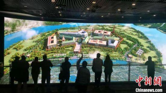 团员们在苏州工业园区展示馆了解苏州古城的今昔巨变。 钟升 摄