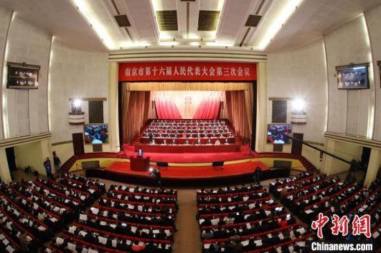 南京市第十六届人民代表大会第三次会议在南京人民大会堂开幕。 泱波 摄