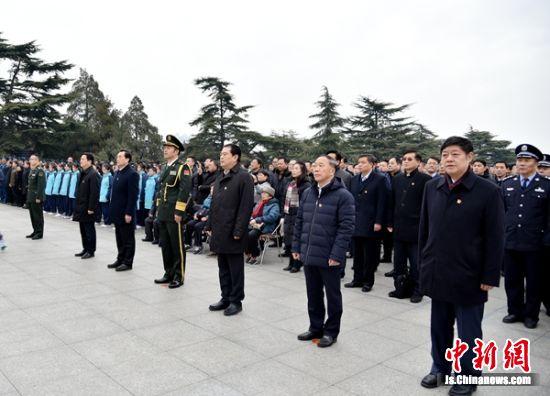 仪式现场,乐队奏唱《中华人民共和国国歌》,各界代表齐声高唱国歌。