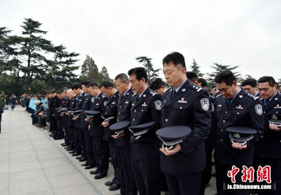 全体人员行注目礼并默哀,徐州市青年学生朗诵诗歌《人民的胜利》。