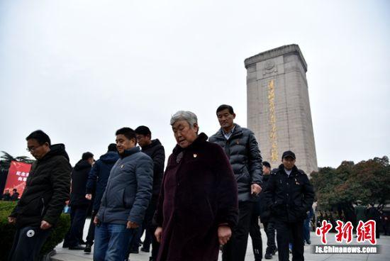 参加过淮海战役的老战士、老同志、支前民工、烈士遗属代表前来瞻仰淮海烈士纪念塔。