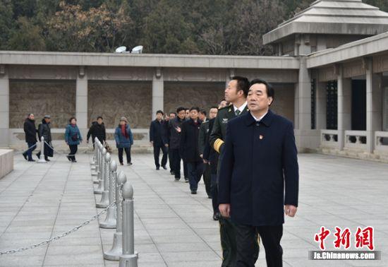 中共徐州市委书记周铁根带领全体人员绕行塔基一圈,共同瞻仰淮海战役烈士纪念塔。